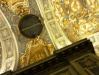 Pela grade se vê a Basílica, e as pessoas passando por cima.