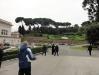 Subindo o jardim: Ele fica logo atrás da Basílica de São Pedro